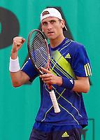 26-05-10, Tennis, France, Paris, Roland Garros, Thiemo de Bakker  bald zijn vuist is zijn partij tegen Garcia-Lopez