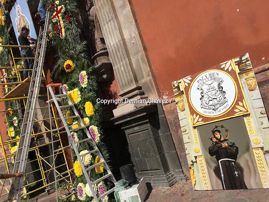 Quet&eacute;taro, Qro. 6 de Octubre de 2015.- Como parte de las celebraciones de la visita de la Virgen del Pueblito a la Capital del estado, floristas adornan la fachada para recibir con fervor la imagen en estos pr&oacute;ximos d&iacute;as.<br /> <br /> Foto: Demian Ch&aacute;vez