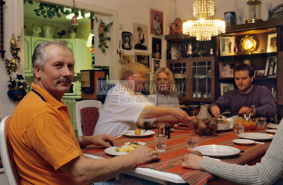 Europe/Norvège/Iles Lofoten/Kabelvog: Oddvar Olsen marin pécheur prend son repas en famille