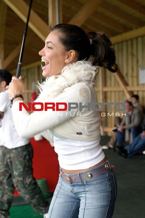 Jana Ina, Moderatorin auf NBC Giga und Freundin von BroSis-Saenger Giovanni, auf der RedGolf-Anlage in Quickborn bei Hamburg<br /> <br /> <br /> <br /> Halbkoerper, uebt Abschlag, freut sich ueber glungenen Abschlag<br /> <br /> Foto &copy; nordphoto / Volker Sarbach<br /> <br />  *** Local Caption *** Foto ist honorarpflichtig! zzgl. gesetzl. MwSt.<br /> <br />  Belegexemplar erforderlich<br /> <br /> Adresse: nordphoto<br /> <br /> Georg-Reinke-Strasse 1<br /> <br /> 49377 Vechta