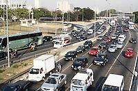 """ATENCAO EDITOR: FOTO EMBARGADA PARA VEICULOS INTERNACIONAIS - SAO PAULO, SP, 17 DE SETEMBRO 2012 - TRANSITO PAULISTA - SEMANA MUNDIAL DO DIA SEM CARRO - Segundo dia da Campanha """"De carona para um amigo e use a faixa reversível"""" - transito intenso na marginal tiete altura da ponte da casa verde sentido Rod Ayrton Senna  -  nessa terca feira, 18  - FOTO LOLA OLIVEIRA - BRAZIL PHOTO PRESS"""