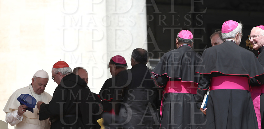 Papa Francesco saluta alcuni prelati al termine dell'udienza generale del mercoledi' in Piazza San Pietro, Citta' del Vaticano, 30 May, 2018.<br /> Pope Francis greets some prelates at the end of his weekly general audience in St. Peter's Square at the Vatican, on May 30, 2018.<br /> UPDATE IMAGES PRESS/Isabella Bonotto<br /> <br /> STRICTLY ONLY FOR EDITORIAL USE