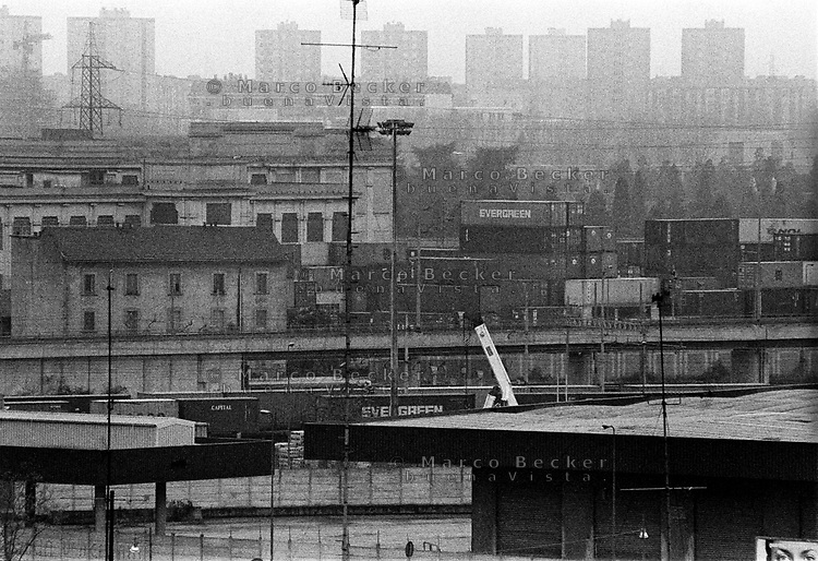 Milano, periferia nord-ovest. Container alllo scalo ferroviario Certosa e, sullo sfondo, palazzi del quartiere Gallaratese --- Milan, north-west periphery. Containers at the railway merchandise port of call of Certosa and, on the background, apartment blocks of the Gallaratese district