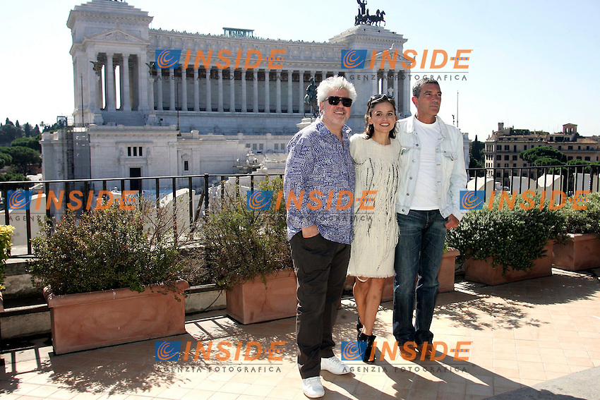 PEDRO ALMODOVAR, ELENA ANAYA AND ANTONIO BANDERAS..Roma 21/09/2011 Photocall del film 'La pelle che abito' sulla Terrazza Civita a Piazza Venezia, con vista sul Vittoriano...'La piel que habito' 'The skin i live in' - Photocall on the Civita Roof in Venice Square with the view of Victorian Monument in the background...Photo Samantha Zucchi Insidefoto