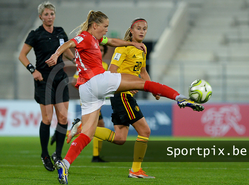20181009 – BIEL BIENNE , SWITZERLAND : Belgian Julie Biesmans (r) pictured watching Swiss Lara Dickenmann during the female soccer game between Switzerland and the Belgian Red Flames , the second leg in the semi finals play offs for qualification for the World Championship in France 2019 ; the first leg ended in equality 2-2 ;  Tuesday 9 th october 2018 at The Tissot Arena  in BIEL BIENNE , Switzerland . PHOTO SPORTPIX.BE | DAVID CATRY