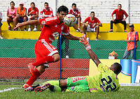 BUGA -COLOMBIA-21-MAYO-2015. Ernesto Farias jugador del America de Cali convierte su gol contra el Expreso Rojo durante partido aplazado de la septima fecha del torneo Aguila 2015  jugado en el estadio Hernando Azcarate de la ciudad de Buga . / Ernesto Farias player of  America de Cali  scores his goal against Expreso Rojo postponed match for the seventh date of Aguila 2015 tournament played in the  Hernando Azcarate  stadium  of Buga city.Photo: VizzorImage / Juan Carlos Quintero / STR