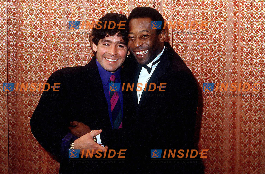 Diego Armando Maradona (Argentin) et Pele (Bre) - Football Foot - 19.12.1986 - largeur attitude accolade archive archives <br /> <br /> Im744848 <br /> Foto Insidefoto