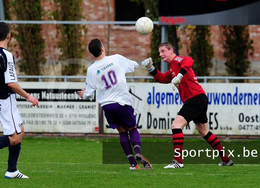 VC Wingene - SW Harelbeke : doelman Jurgen Defever kopt de bal weg voor Jorg Dutoit er aan kan..foto VDB / BART VANDENBROUCKE
