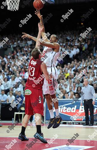 2012-02-15 / Basketbal / seizoen 2011-2012 / 1/4 finale Beker van België / Antwerp Giants - Charleroi / Sportpaleis / Julian Vaughn (Giants) probeert te scoren met een haakworp over Penninck..Foto: Mpics.be