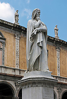 Italy, Veneto, Province Capital Verona: Statue of Dante Alighieri by artist Zannoni at Piazza dei Signori in front of Loggia Fra Giocondo | Italien, Venetien, Provinzhauptstadt Verona: Dante Alighieri Statue von Zannoni auf der Piazza dei Signori vor der Loggia Fra Giocondo