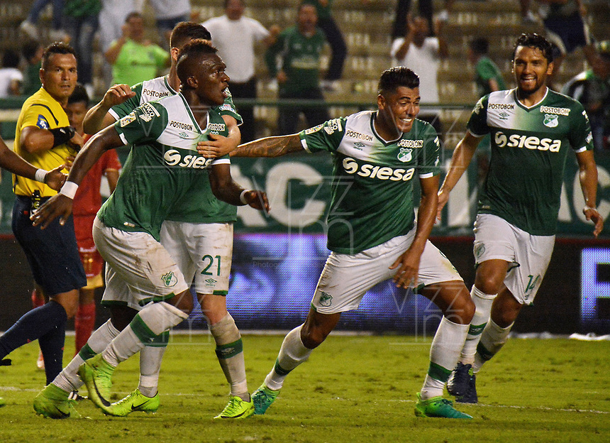 CALI - COLOMBIA -08-04 -2017: Los jugadores de Deportivo Cali celebran el gol anotado a Rionegro Aguilas, durante partido de la fecha 12 entre Deportivo Cali y Rionegro Aguilas, por la Liga Aguila I-2017, jugado en el estadio Deportivo Cali (Palmaseca) de la ciudad de Cali. /  The players of Deportivo Cali celebrate a scored goal to Rionegro Aguilas, during a match of the date 12 between Deportivo Cali and Rionegro Aguilas, for the Liga Aguila I-2017 at the Deportivo Cali (Palmaseca) stadium in Cali city. Photo: VizzorImage  / Nelson Rios / Cont.