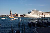 Venezia 2011: una nave da crociera attraversa il canale della giudecca...Venice 2011: Cruise in bacino San Marco in front of San Marco square