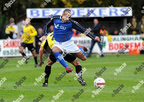 11-10-30 / Voetbal / seizoen 2011-2012 / Mariekerke - Berchem Sport / Abdelattif Belhaj (Mariekerke) gaat voorbij Barry Budts..Foto: Mpics