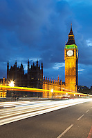 United Kingdom, London: Big Ben and Parliament with car light trails at dusk | Grossbritannien, England, London: Big Ben und Parliament am Abend