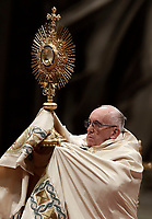 Papa Francesco innalza l'ostensorio durante i Primi Vespri e Te Deum in ringraziamento per l'anno trascorso, nella Basilica di San Pietro, Citta' del Vaticano, 31 dicembre 2017.<br /> Pope Francis holds a monstrance as he celebrates the new year's eve Vespers and Te Deum prayer in Saint Peter's Basilica at the Vatican, on December 31, 2017.<br /> UPDATE IMAGES PRESS/Isabella Bonotto<br /> <br /> STRICTLY ONLY FOR EDITORIAL USE
