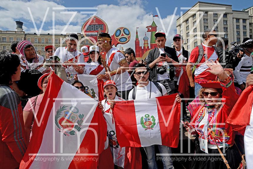 MOSCU - RUSIA, 13-06-2018: Hinchas de Perú animan a su equipo por las calles de Moscú previo al inicio de la Copa Mundo FIFA 2018 Rusia. / Fans of Peru cheer for their team prior the beginning of the 2018 FIFA World Cup Russia. Photo: VizzorImage / Julian Medina / Cont