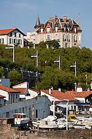Europe/France/Aquitaine/64/Pyrénées-Atlantiques/Pays-Basque/Biarritz: Le Port des Pëcheurs, ou Port Vieux - ses petites constructions pittoresque:les crampottes, cabanes des pêcheurs. En haut de l'image la Villa le Goëland - Maison d'Hôtes