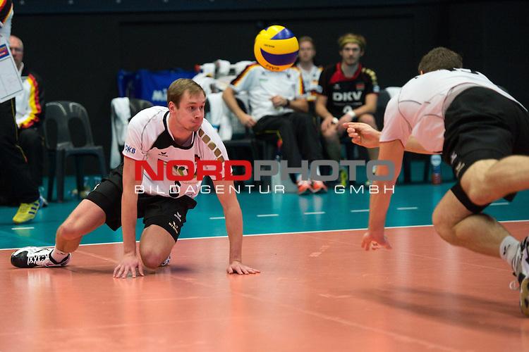 29.12.2013, Lotto Dome, Maaseik<br /> Volleyball, Belgien vs. Deutschland<br /> <br /> Abwehr Sebastian K&uuml;hner / Kuehner (#5 GER), Tim Broshog (#15 GER)<br /> <br />   Foto &copy; nordphoto / Kurth