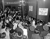 1953 HUM - PARADE des BAS NYLON au ZELLERS
