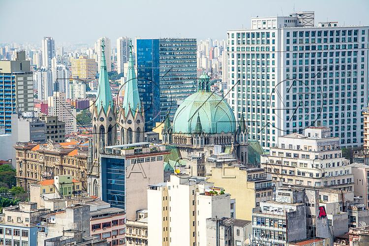 Vista das torres e domo da Catedral da Sé. Catedral Metropolitana de São Paulo, construída entre 1913/1967, São Paulo - SP, 08/2016.