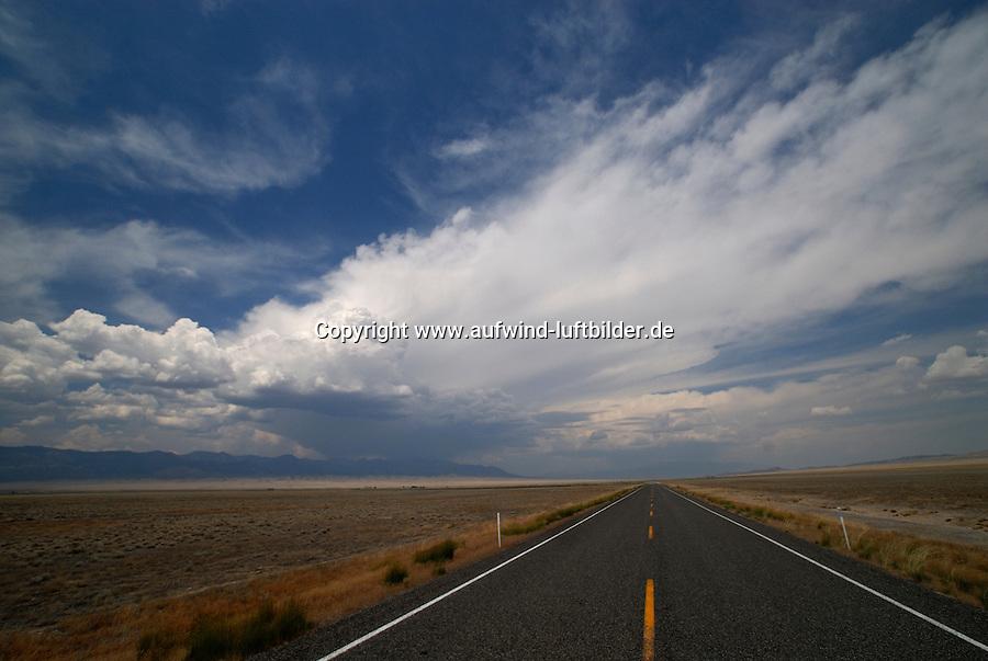 4415 / Great Basin: AMERIKA, VEREINIGTE STAATEN VON AMERIKA, NEVADA,  (AMERICA, UNITED STATES OF AMERICA), 28.06.2006:Strasse zwischen Utah und Nevada, Highway 21, Cumulus und Cumulunimbus, Wueste, Verlassen, Einsam
