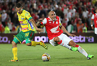 BOGOTA --COLOMBIA, 29-NOVIEMBRE-2014. Omar Perez (Der) de Independiente Santa Fe disputa el balon con Dayron Perez (Izq) del Atletico Huila  durante partido por los cuadrangulares semifinales 4 fecha  de la Liga Postobón 2014-II , jugado en el estadio Nemesio Camacho El Campin de la ciudad de Bogota./Omar Perez (R)  of Independiente Santa Fe  dispute the ball with Dayron Perez (L) of Atletico Huila during the semifinal  match runs 4th date Postobón II League 2014 played at Nemesio Camacho El Campin stadium in Bogota city.Photo / VizzorImage / Felipe Caicedo  / Staff
