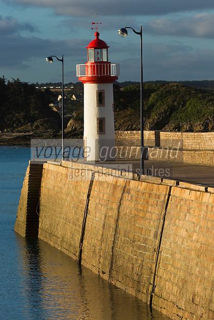 France, Côtes d'Armor (22),Côte d'Emeraude, Erquy, vieux gréement Sainte-Jeanne et le phare sur le port // France, Cotes d'Armor,  Emeraude coast , Erquy,    lighthouse on port