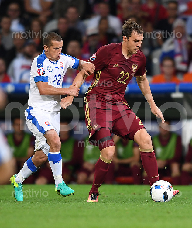 FUSSBALL EURO 2016 GRUPPE B IN LILLE Russland - Slowakei     15.06.2016 Viktor Pecovsky (li, Slowakei) gegen Artem Dzyuba (re, Russland)