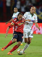 MEDELLÍN -COLOMBIA-08-04-2015. Juan David Perez (Izq) jugador de Independiente Medellín disputa el balón con Alejandro Otero (Der) jugador de Patriotas FC durante partido por la fecha 14 de la Liga Águila I 2015 jugado en el estadio Atanasio Girardot de la ciudad de Medellín./ Juan David Perez (L) player of Independiente Medellin fights for the ball with Alejandro Otero (R) player of Patriotas FC during the match for the  14th date of the Aguila League I 2015 at Atanasio Girardot stadium in Medellin city. Photo: VizzorImage/León Monsalve/STR
