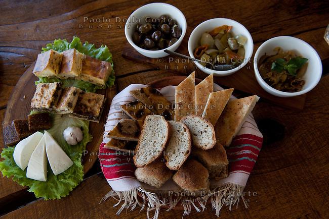 Fishtë (Albania) - Ristorante Mrizi i Zanave. Una portata degli antipastici tipici albanesi che Altin serve