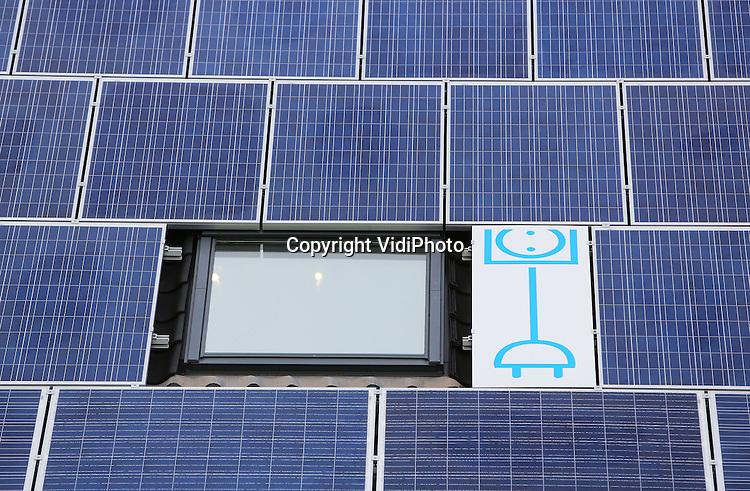 Foto: VidiPhoto<br /> <br /> WESTKAPELLE - Het Dijk- en Oorlogsmuseum in het Zeeuwse Westkapelle is volledig voorzien van zonnepanelen voor de energievoorziening. Huiseigenaren die willen investeren in een enerziezuiniger huis, kunnen vanaf nu een Energiebespaarlening afsluiten met een speciale rente. Ze kunnen daarvoor terecht bij het Nationaal Energiebespaarfond, dat wordt gevuld door de Rebobank, de ASN Bank en het Rijk. De lening is maximaal 25.000 euro.