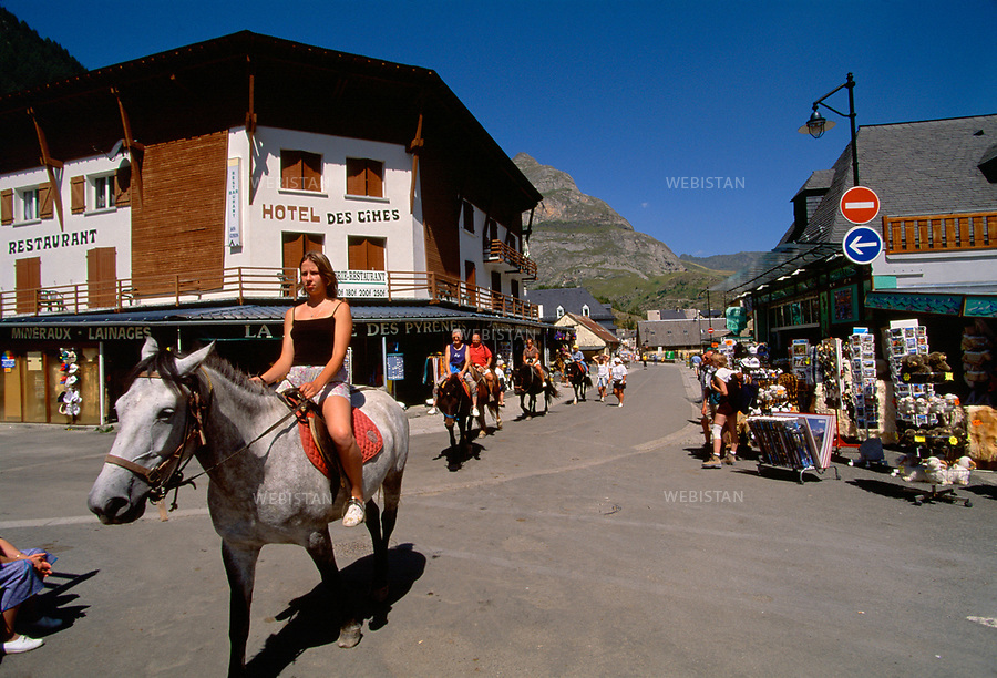 France. Aout 2000. Pyrenees. Massif du Mont Perdu. Village de Gavarnie. Promenade a cheval et boutiques pour touristes. August 2000. Gavarnie village. Ride and shops for tourists.