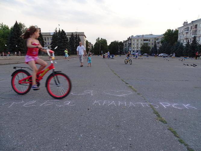 """"""" Ich liebe Dich Kramatorsk"""" / Kramatorsk liegt im ukrainischen Teil des Donbass 80 km von der Frontlinie entfernt. Die Bewohner sind sehr patriotisch."""