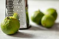 Préparation à la râpe du zeste de citron vert bio // <br /> Organic lime zest grater preparation