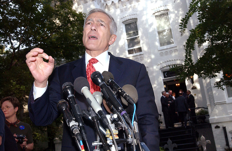 9/30/03.WESLEY CLARK--Retired Gen. Wesley Clark, who entered the Democratic race for president Sept. 17, arrives at the home of lobbyist John Winburn (CHECK SPELLING) in the 400 block of New Jersey Avenue, Southeast, for a meeting with members of the House Democratic Caucus, in background on stepts, to discuss his candidacy..CONGRESSIONAL QUARTERLY PHOTO BY SCOTT J. FERRELL