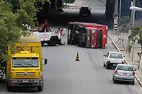 SAO PAULO, SP, 09 DEZEMBRO 2012 - ACIDENTE TRANSITO - CAMINHÃO -  Imagem do local onde um caminhão com carregamento de cerveja tombou neste domingo (09) na rua Palmorino Monaco, no bairro da Mooca, na zona leste de São Paulo. Não houve vitimas no acidente. (FOTO: LUIZ GUARNIERI / BRAZIL PHOTO PRESS).