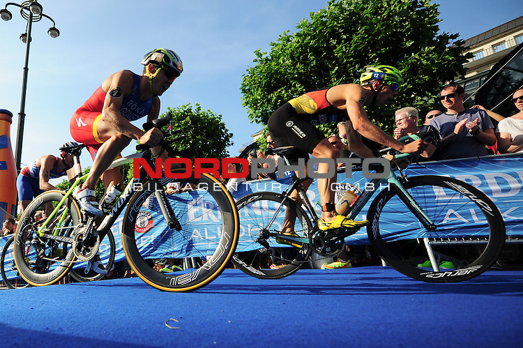 18.07.15, Hamburg, GER, Triathlon, Feuer und Flame ITU World Triathlon Hamburg 2015, Elite Maenner, im Bild das Feld auf dem Fahrrad vor dem Hamburger Rathaus/ <br /> Foto &copy; nordphoto/ Witke