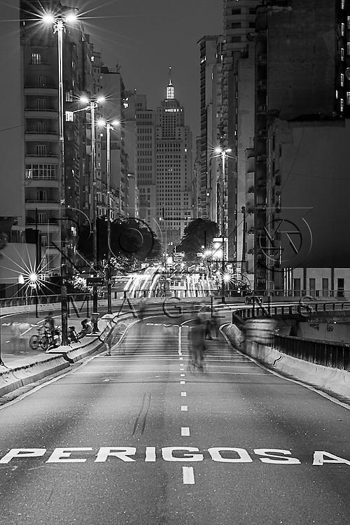 Minhocão - Elevado Presidente Arthur da Costa e Silva, sinalização indicando curva perigosa adiante, São Paulo - SP, 01/2016.