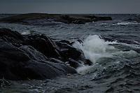 Kuling våg från havet slår in mot en klippa i Stockholms skärgård. / Gale wave from the ocean turns toward a cliff in the Stockholm archipelago Sweden.