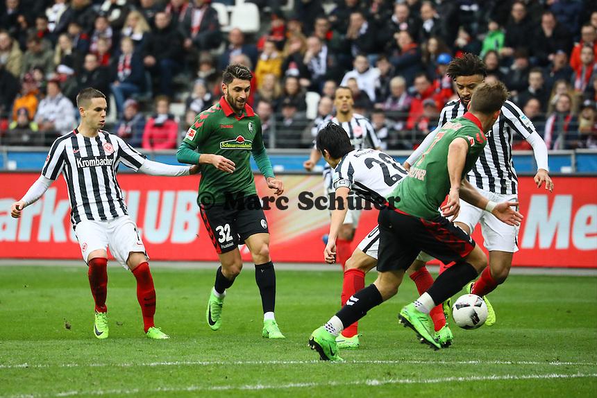 Florian Niederlechner (SC Freiburg) ist vor seinem Tor zum 1:2 im Abseits beim Pass von Vincenzo Grifo (SC Freiburg) - 05.03.2017: Eintracht Frankfurt vs. SC Freiburg, Commerzbank Arena