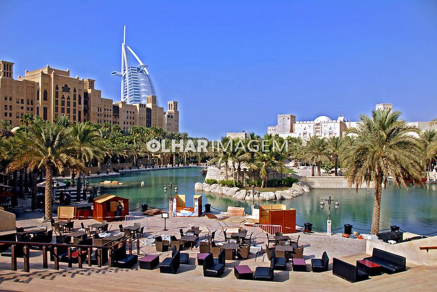 Predio de hotel em Dubai. Emirados Arabes Unidos. 2009. Foto de Thaïs Falcão.
