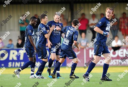 2011-08-20 / Seizoen 2011-2012 / Voetbal / Hoogstraten VV - KFC Dender / Vreugde bij de spelers van Dender na het 0-1 doelpunt van Jorgo Waeghe (3de van links)..Foto: mpics