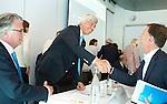 ROTTERDAM - Irving van Nes is benoemd tot erelid en wordt gefeliciteerd door Arno den Hartog. . Algemene Leden Vergadering van de KNHB (Koninklijke Nederlandse Hockey Bond). FOTO KOEN SUYK