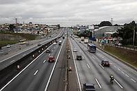 GUARULHOS, SP, 30.04.2015 – FERIADO-SP - Trafego de veículos é intenso na rodovia Presidente Dutra sentido Rio de Janeiro, na altura da ponte de Cumbica na cidade de Guarulhos na grande São Paulo na tarde desta quinta-feira (30). (Foto: Marcos Moraes/Brazil Photo Press)
