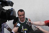 SAO PAULO, SP, 07 DE FEVEREIRO DE 2012 - DESABAMENTO PREDIO RIO DE JANEIRO -  Deusdete Farias, pai da enfermeira Patrícia de Farias, de 26 anos, que está desaparecida desde a noite de ontem (6), exibe foto da filha no local do prédio atingido por uma explosão que derrubou três lajes no centro de São Bernardo do Campo, no ABC paulista. Uma criança morreu e seis pessoas ficaram feridas. (FOTO: ADRIANO LIMA - NEWS FREE).