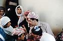 Irak 1991.Nechirvan Barzani discutant avec des femmes de Dohok.Iraq 1991 .Nechirvan Barzani with a family of Dohok