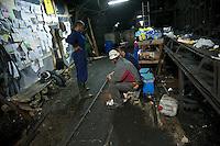Bergarbeiterstreik in Spanien.<br />In dem Dorf Santa Cruz del Sil der Provinz Leon haben 8 Bergarbeiter am 21. Mai 2012  beschlossen, sich so lange in der Mine einzuschliessen, bis alle Mineros ihren vollen Lohn von der Firmenleitung erhalten. Die Firmenleitung hatte ihnen im Mai 2012 nur die Haelfte des Lohns ausgezahlt. Seit dem wird die Mine bestreikt.<br />Im Bild: Kumpel von ausserhalb der Mine unterhalten sich ueber die Lage der eingeschlossenen Mineros, 3.000 Meter weit im Berg.<br />3.7.2012, Santa Cruz del Sil/Asturien/Spanien<br />Copyright: Christian-Ditsch.de<br />[Inhaltsveraendernde Manipulation des Fotos nur nach ausdruecklicher Genehmigung des Fotografen. Vereinbarungen ueber Abtretung von Persoenlichkeitsrechten/Model Release der abgebildeten Person/Personen liegen nicht vor. NO MODEL RELEASE! Don't publish without copyright Christian-Ditsch.de, Veroeffentlichung nur mit Fotografennennung, sowie gegen Honorar, MwSt. und Beleg. Konto:, I N G - D i B a, IBAN DE58500105175400192269, BIC INGDDEFFXXX, Kontakt: post@christian-ditsch.de.<br />Urhebervermerk wird gemaess Paragraph 13 UHG verlangt.]