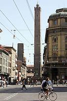 La torre della Garisenda, a sinistra, e la torre degli Asinelli, a Bologna.<br /> The Garisenda, left, and Asinelli towers in Bologna.<br /> UPDATE IMAGES PRESS/Riccardo De Luca