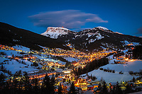 Italien, Suedtirol, Groednertal, St. Ulrich: beliebter Wintersportort bei Abenddaemmerung vor den Fermedaspitzen | Italy, Alto Adige, South Tyrol, Val Gardena, Ortisei: popular wintersport resort and Fermeda mountains