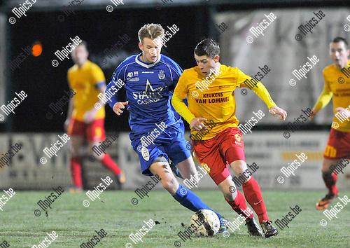 2014-01-11 / voetbal / seizoen 2013-2014 / Oosterzonen - Grimbergen / Steven Van Braeckel (r) (Oosterzonen) in duel met Julien Pe (l) (Grimbergen)